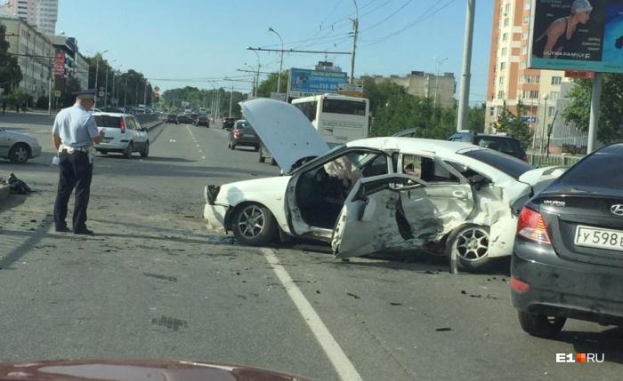Видно, что удар пришелся по боковой части автомобиля со стороны водителя