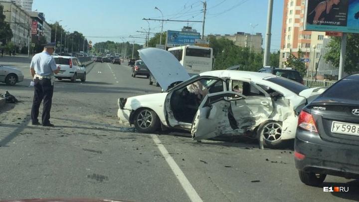 На проспекте Космонавтов водители встали в пробку из-за сильной аварии