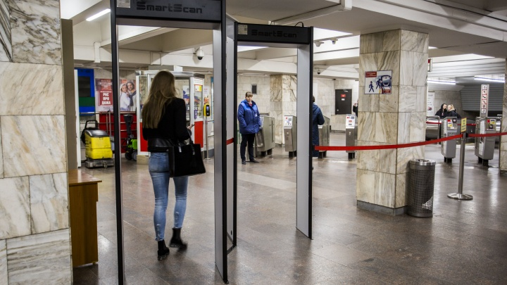На станции «Площадь Ленина» поставили новые рамки для проверки пассажиров