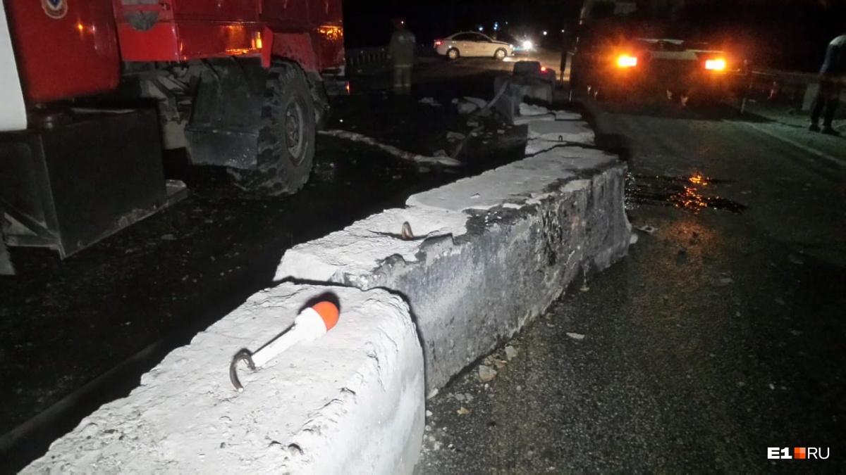 Водитель зацепил колесами бетонные блоки