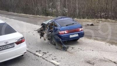 На трассе в Прикамье ВАЗ разорвало пополам, но водитель и пассажир выжили. Видео