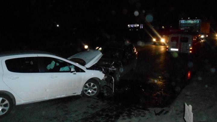 Из-за манёвра женщины на белом «Пежо» двух водителей увезли в больницу