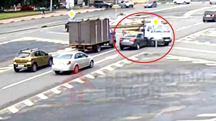 В Ярославле на перекрёстке легковушка протаранила «Газель»: появилось видео ДТП