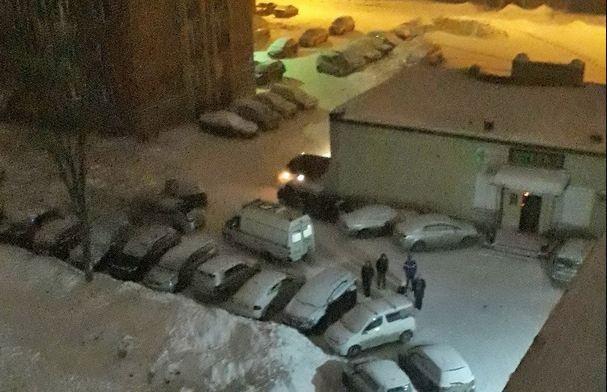 Шуроповёрт, выпавший из окна, разбил голову прохожему в Первомайском районе