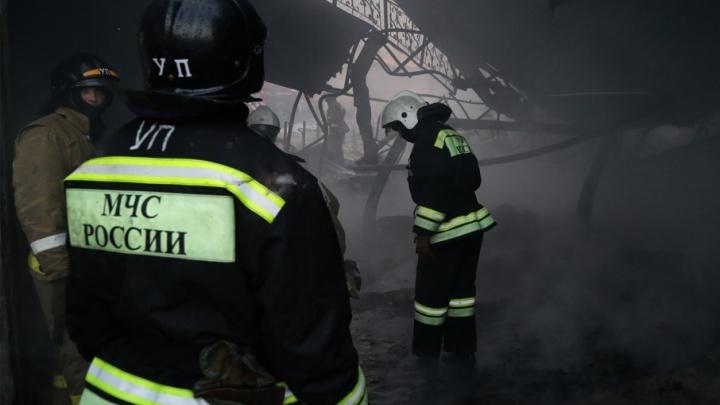 На Индустриальном шоссе в Уфе загорелся склад