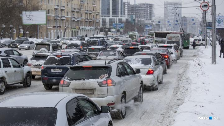 """«Меняю """"Тойоту"""" на метлу»: новосибирцы застряли на засыпанных дорогах и ищут способы покинуть пробки"""