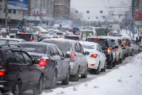 В утренний час пик пробки на дорогах Новосибирска достигли 9 баллов— после 9:00 они пошли на спад