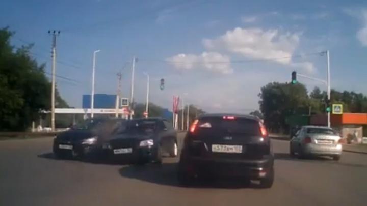 На перекрёстке в Уфе Accent снёс две машины
