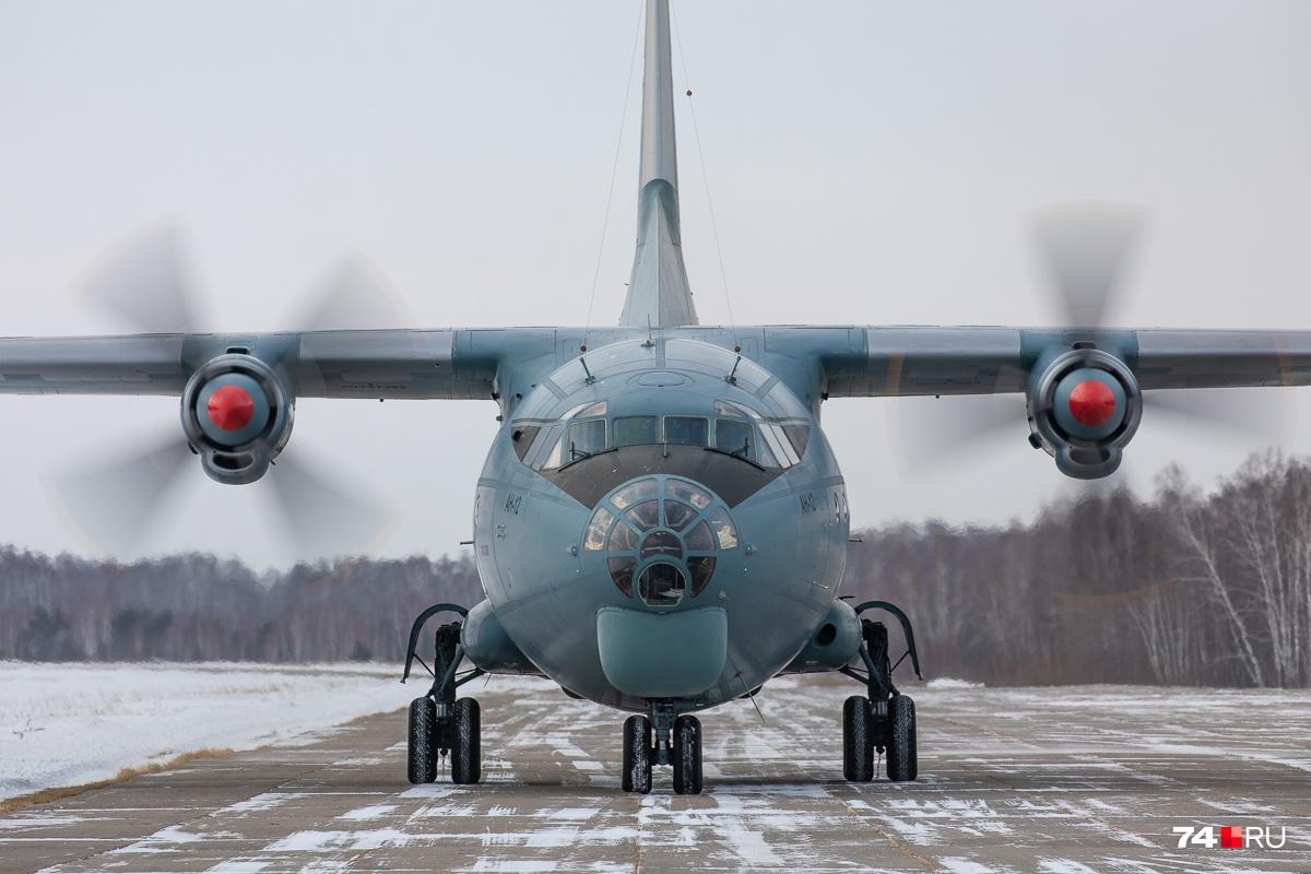 Амфибии грузятв военно-транспортные Ан-12 на аэродроме Упрун под Южноуральском