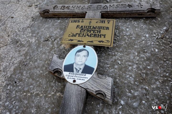 Крест сына, по словам пенсионерки, валялся у соседних могилок
