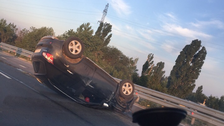 В Волгограде на Третьей Продольной перевернулся кроссовер