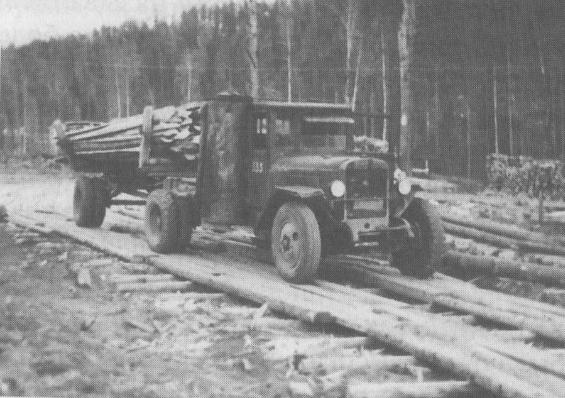 Эту машину на Урал привезли из блокадного Ленинграда. Она работала на дровах, по бокам у неё две печки