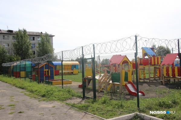 Площадку окружает забор двухметровой высоты