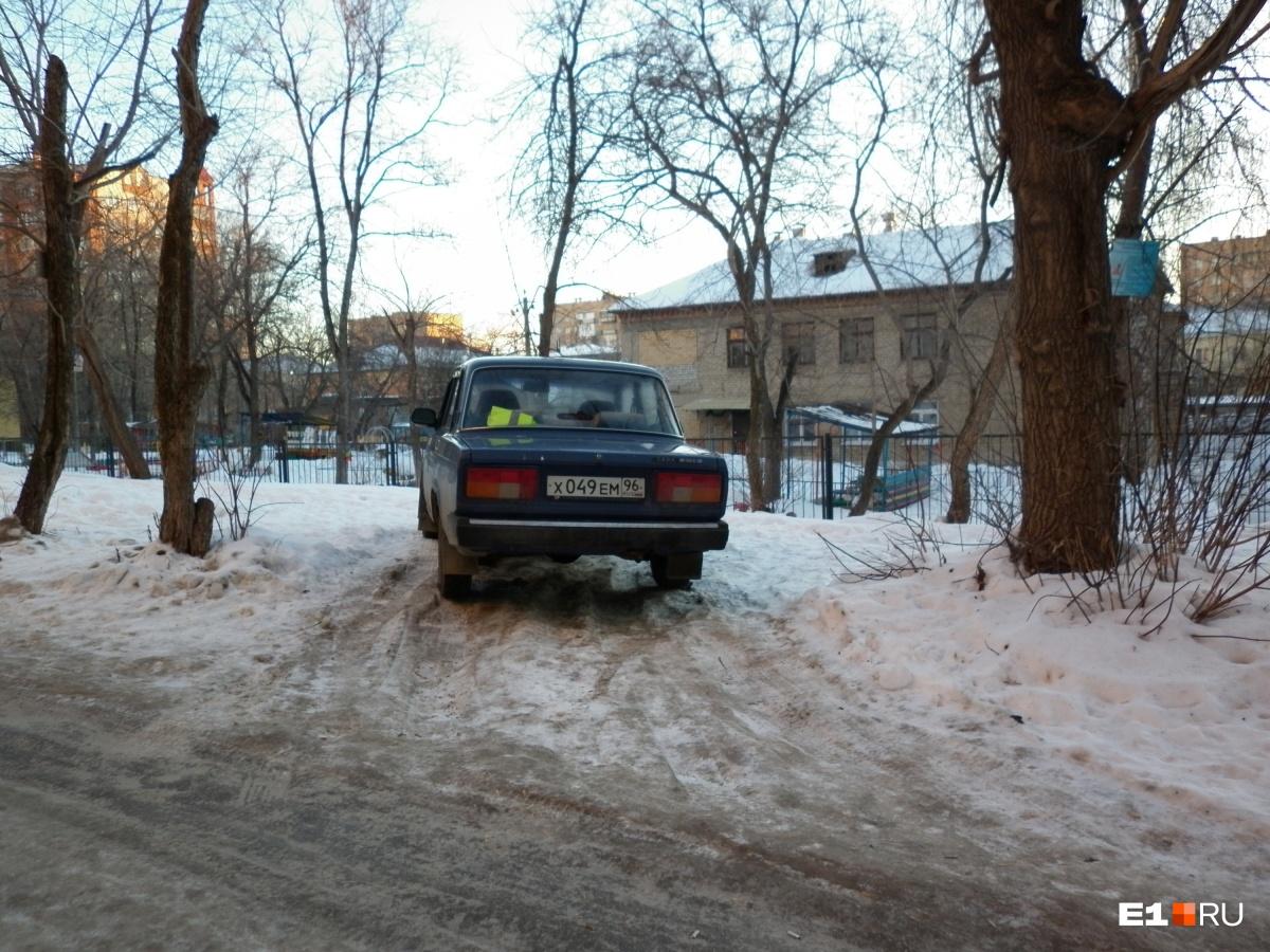 «Я паркуюсь как...»: весенние автохамы с тюльпанами и маскировка машины под дом