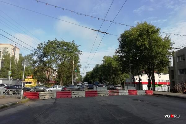 На Тутаевском шоссе перекрыли участок дороги от улицы Урицкого до улицы Елены Колесовой