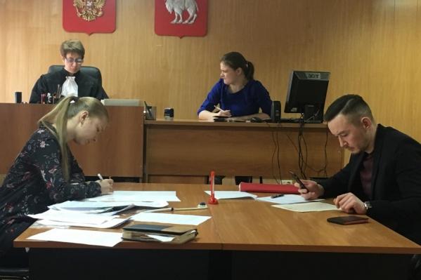Кристина Бугаева (слева) написала расписку о получении денег от подсудимого