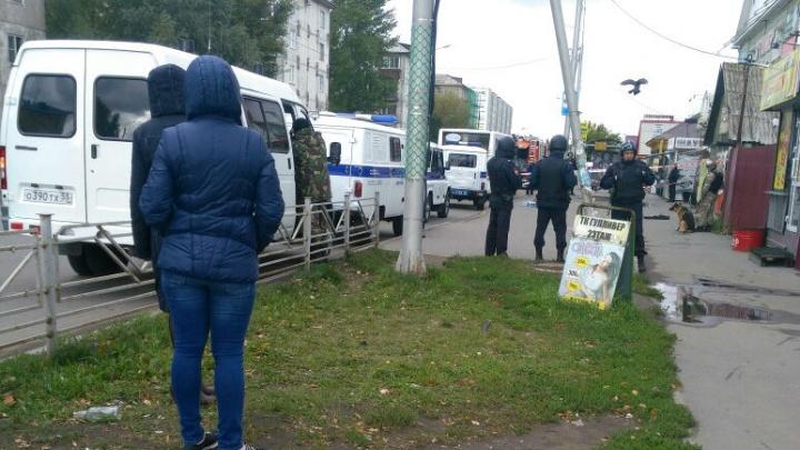 На 21-й Амурской оцепили автобус и остановку из-за коробки