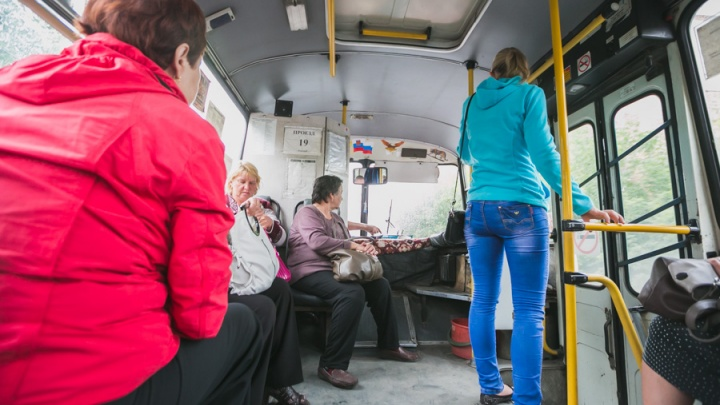 Женщина выпала из автобуса у остановки на Киренского