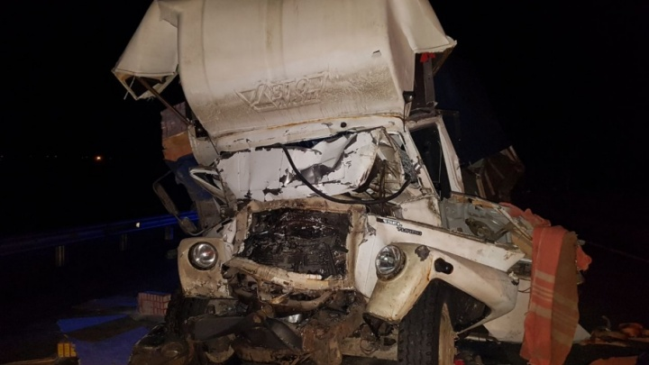На трассе в Башкирии водитель грузовика погиб, врезавшись в припаркованный КАМАЗ