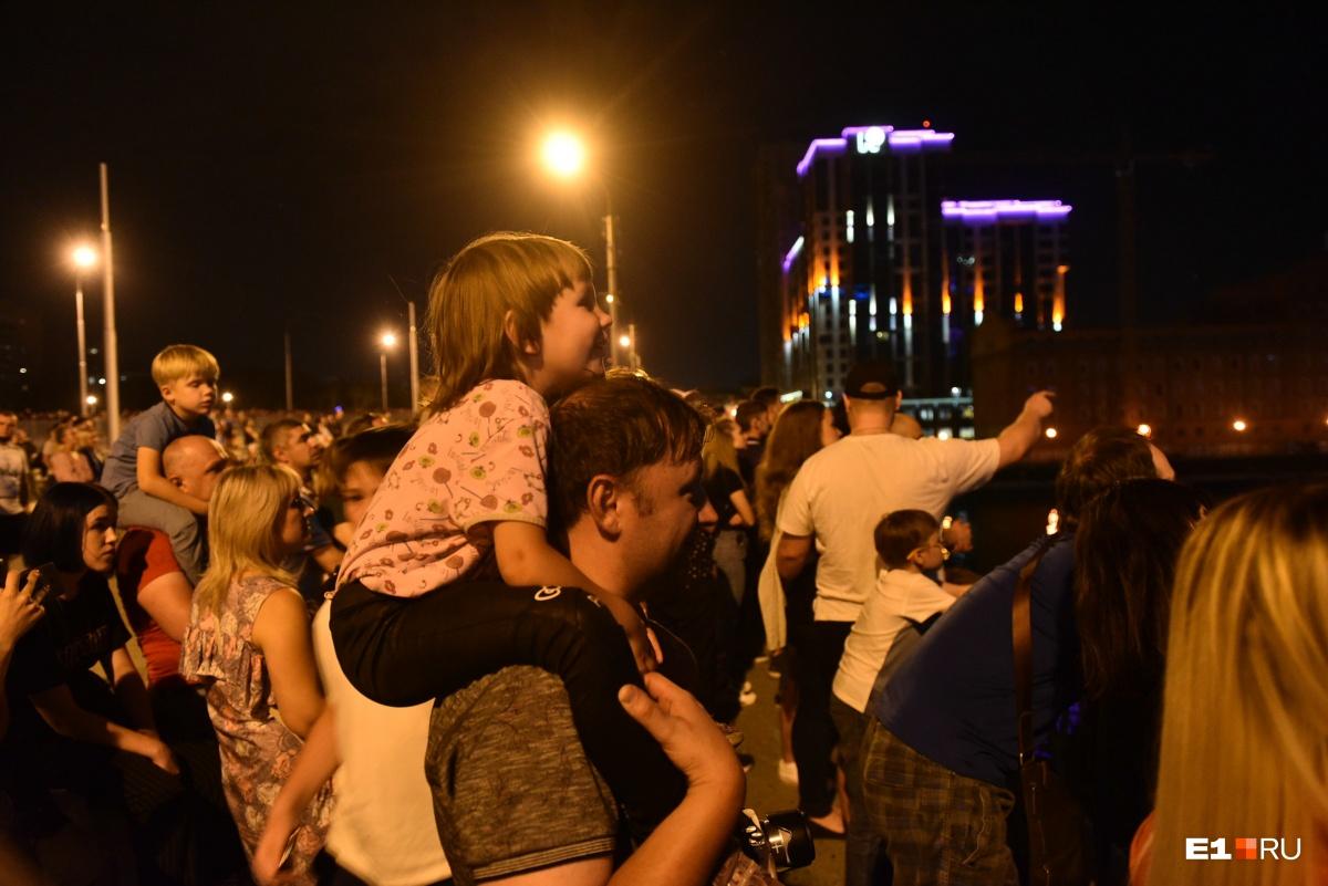 На празднике было много детей, даже вечером