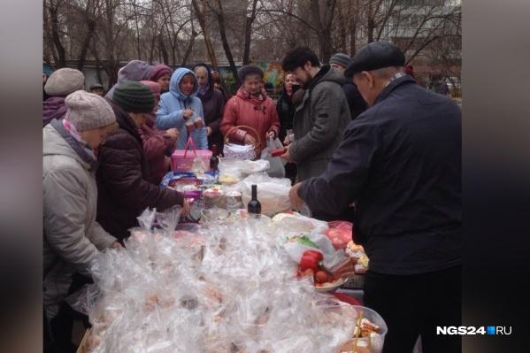 Во дворе собралось около сотни жильцов и жителей соседних домов