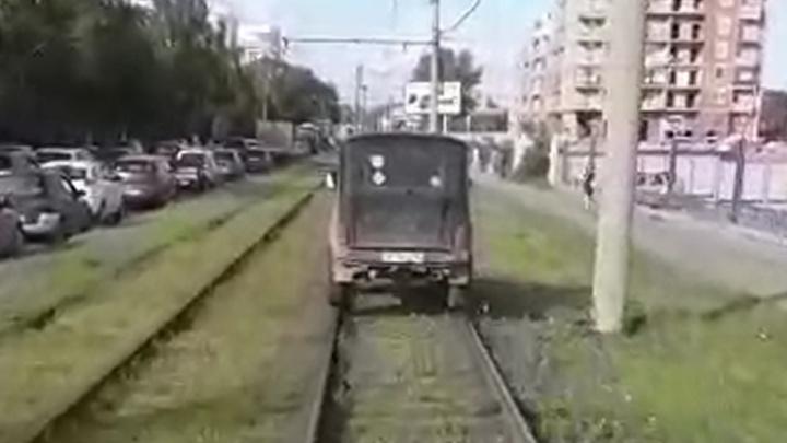 Прикинулся трамваем: в Екатеринбурге водитель объехал пробку по рельсам