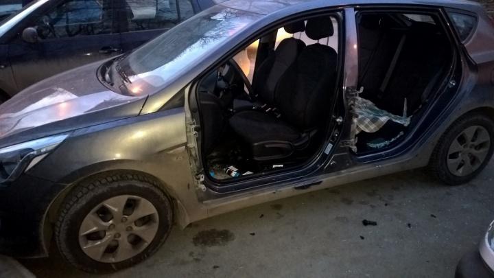 В Екатеринбурге воры сняли все двери с иномарки, припаркованной во дворе