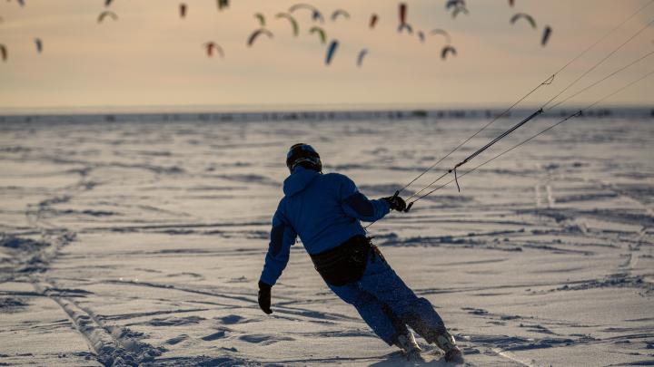 Взлетели над Обским: 10 зрелищных фото с гонок по замёрзшему водохранилищу