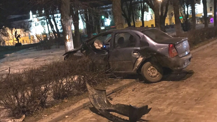 Через все заборы: на улице Свободы «Рено-Логан» вылетел на тротуар