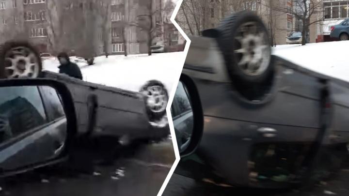 В Ярославле из-за ямы на дороге перевернулся автомобиль