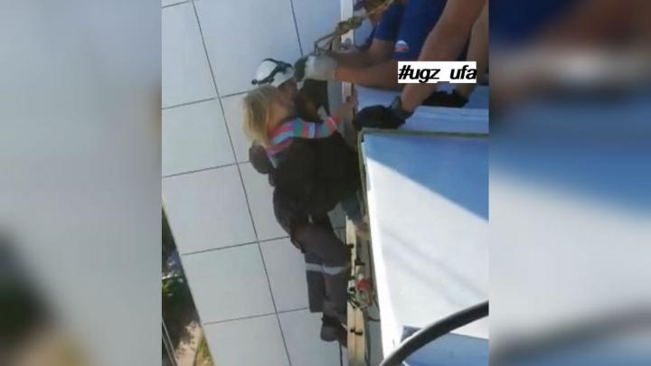 Нашлась на козырьке: спасатели показали, как вызволяли трёхлетнюю девочку