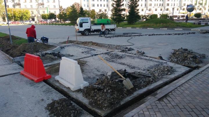 На бесплатной парковке у сквера на Орджоникидзе начали ставить шлагбаум
