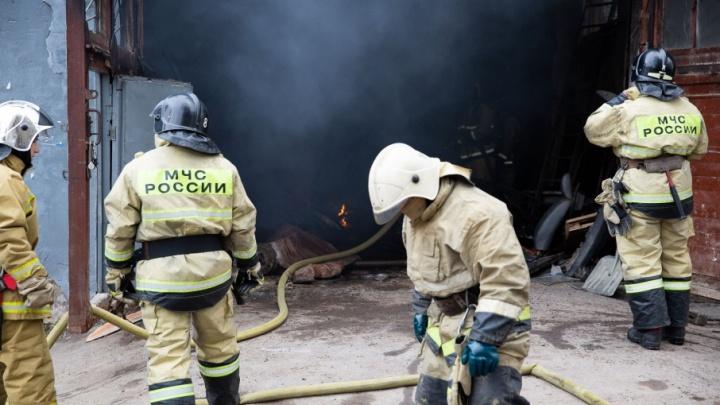 В Уфе в пристрое к жилому дому загорелась мастерская