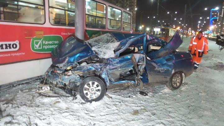 На ВИЗе трамвай протаранил ВАЗ, после столкновения автомобиль попал под вагон