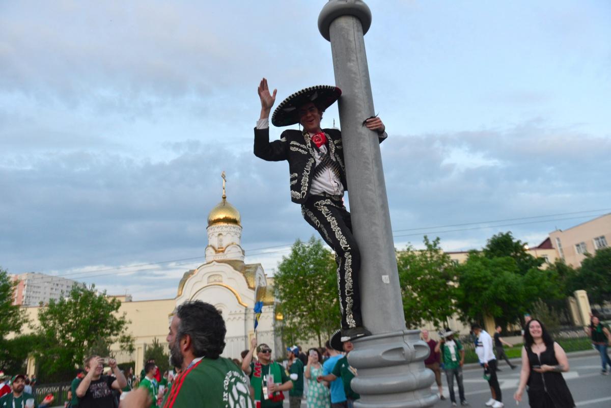 Мексиканские фанаты  подняли Екатеринбург на уши . Столько людей в сомбреро наш город не видел никогда. Честно говоря, мы скучаем по этому веселью, жаль, что нельзя проводить ЧМ в Екатеринбурге каждый год