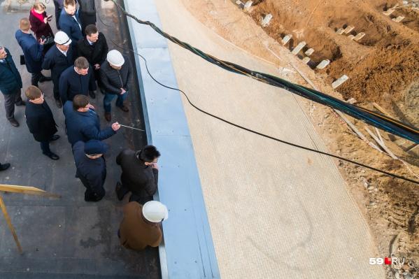 Первый этап стройки. Строители нового пермского зоопарка показали, как идут работы губернатору Максиму Решетникову изаместителю гендиректора «РЖД» Андрею Макарову. Весна 2019 года