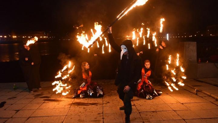 На Плотинке сожгли «ведьму», которая засыпала снегом весенний Екатеринбург