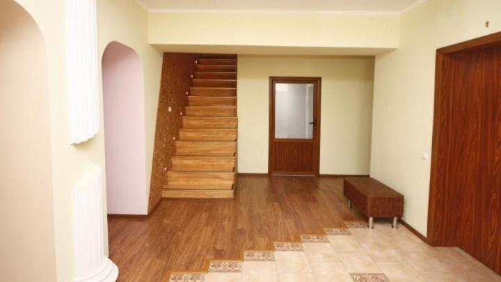 В Тюмени выставили на продажу квартиру размером с огромный особняк. Разглядываем жилье изнутри