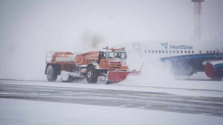 Летевший из Саньи в Новосибирск самолёт приземлился в Хакасии из-за сильного ветра