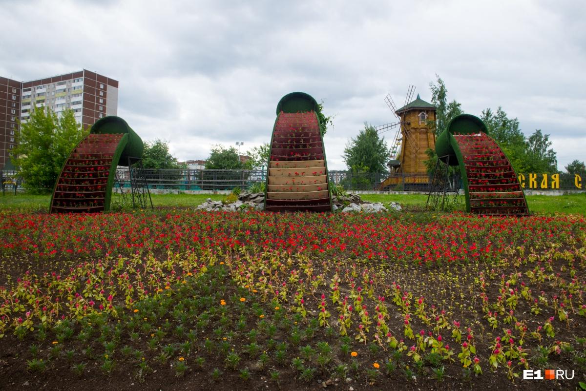 А такую цветочную инсталляцию ежегодно делают возле парка «Таганская слобода» на улице Бебеля