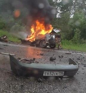 На Серовском тракте в жутком ДТП столкнулись фура и легковушка. ВодительRenault погиб