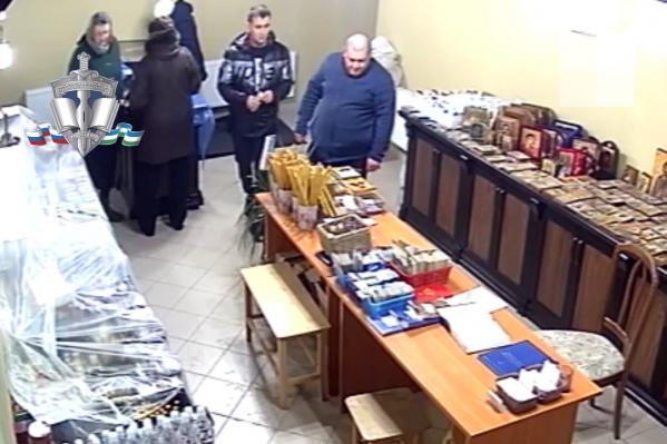 Мужчины попали в объектив камеры в церковной лавке