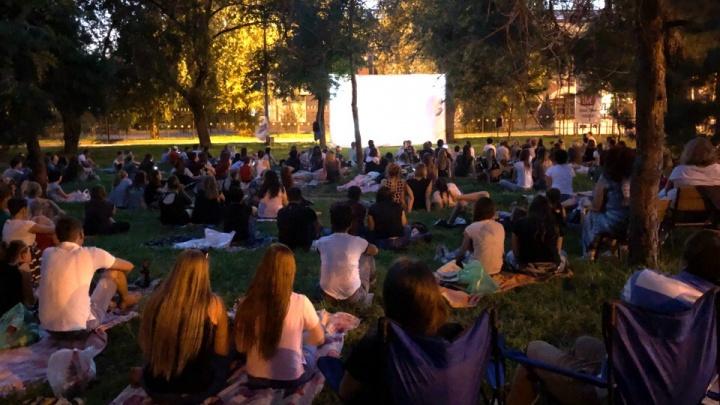 Берем пледы и вкусное: в Комсомольском саду Волгограда в четверг покажут кино на траве