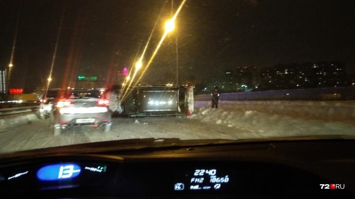 На Алебашевской перевернулась Audi. 20-летнюю пассажирку с серьёзными травмами увезли в больницу