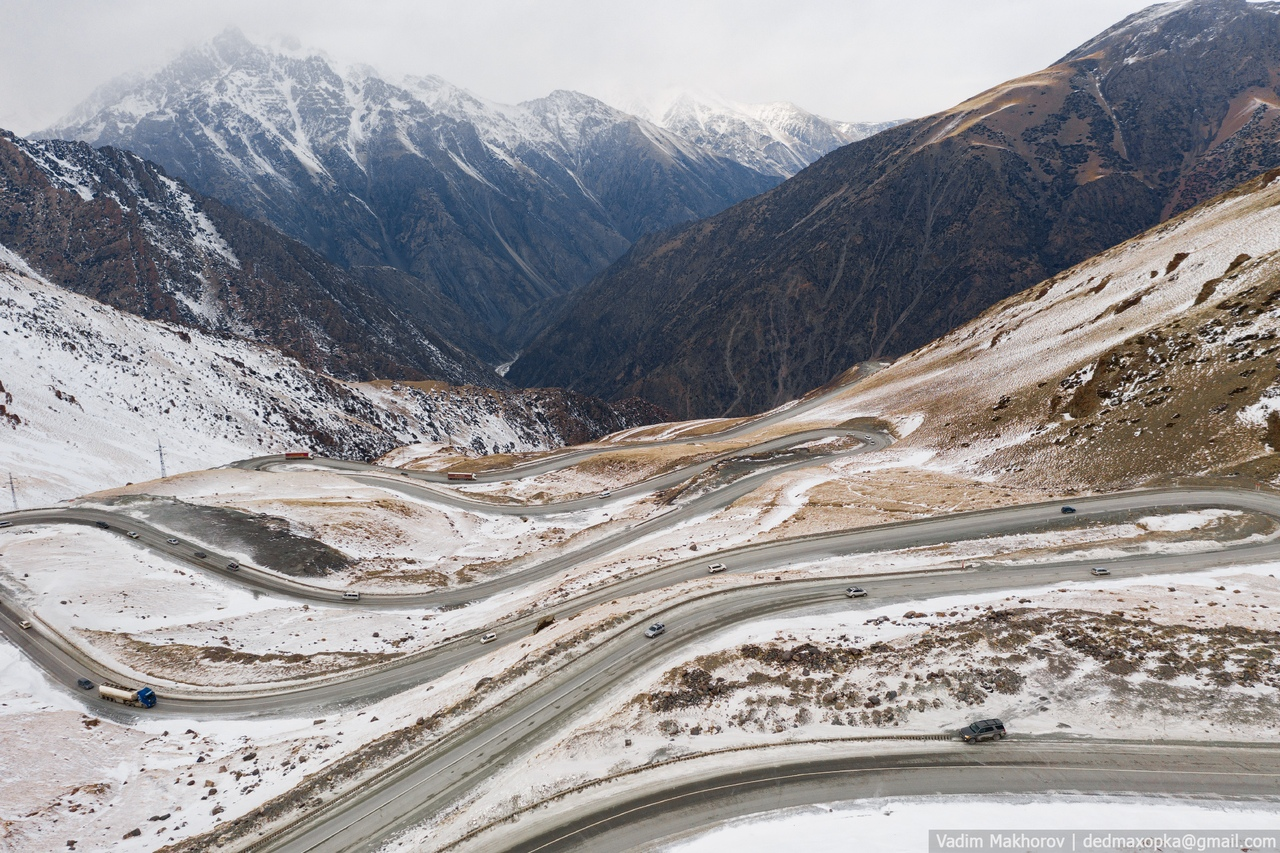 Перевал Тоо-Ашуупример того, как на одной стороне хребта малоснежно, а за тонелем будто другой мир — ослепительно белый