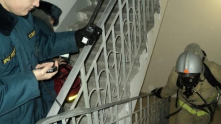 За две минуты на 17 этаж: зауральские пожарные соревновались, кто быстрее поднимется по лестнице