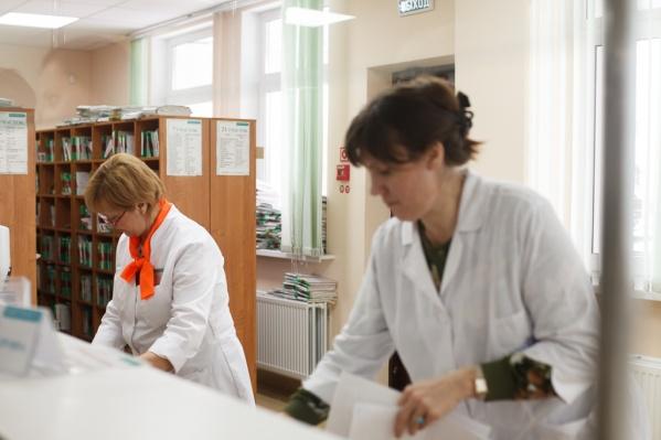 Зарплаты младшего и среднего медперсонала меньше доходов врачей с высшим медицинским образованием почти на 40 тысяч рублей