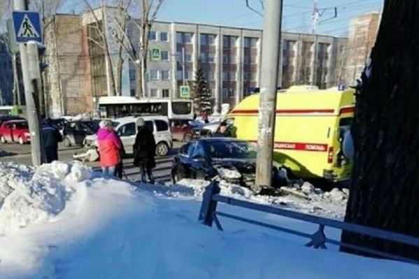 Иномарка вылетела на тротуар и сбила ребенка