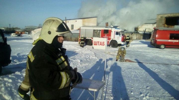 В Уфе на улице Трамвайной загорелся склад