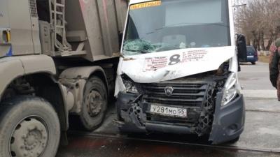 Появилось видео с моментом столкновения маршрутки и грузовика в Омске